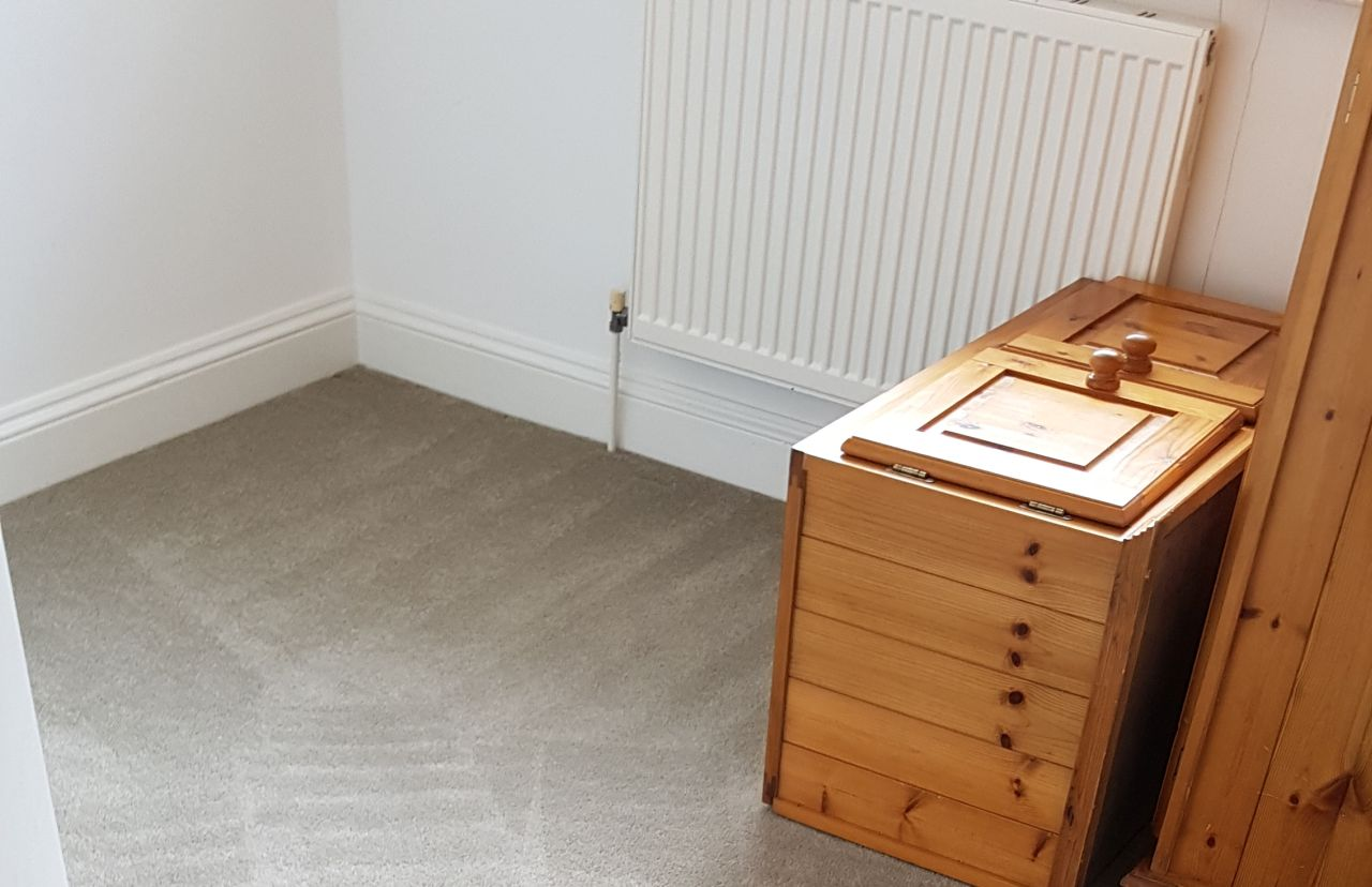 Wapping clean a carpet E1